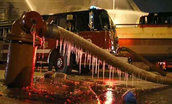 Φλεγόμενο κτήριο μετατράπηκε σε παγωμένο τοπίο (2)