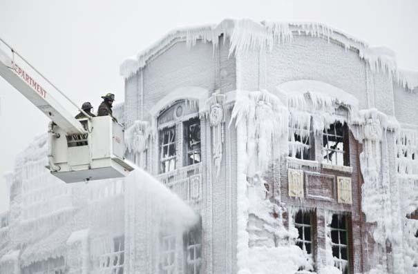 Φλεγόμενο κτήριο μετατράπηκε σε παγωμένο τοπίο (4)