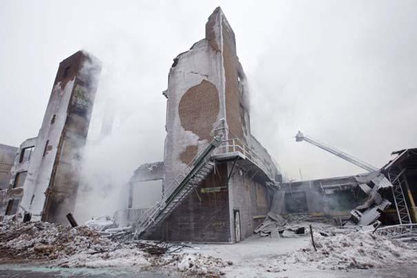Φλεγόμενο κτήριο μετατράπηκε σε παγωμένο τοπίο (5)