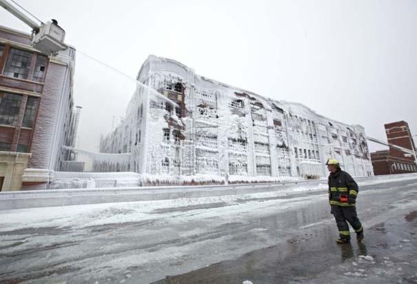 Φλεγόμενο κτήριο μετατράπηκε σε παγωμένο τοπίο (6)