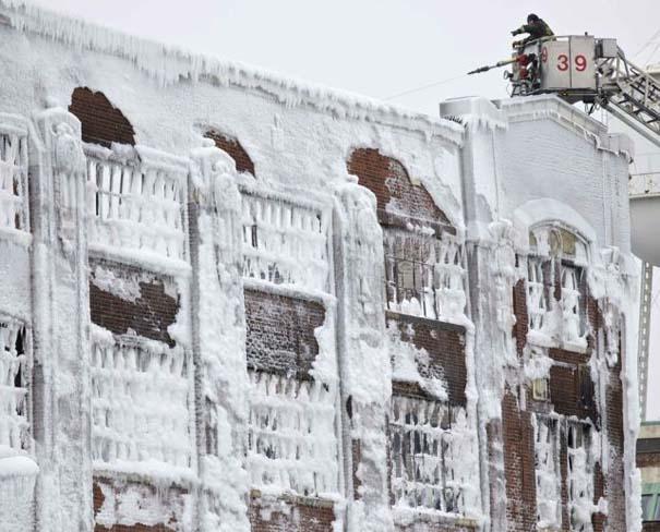 Φλεγόμενο κτήριο μετατράπηκε σε παγωμένο τοπίο (7)