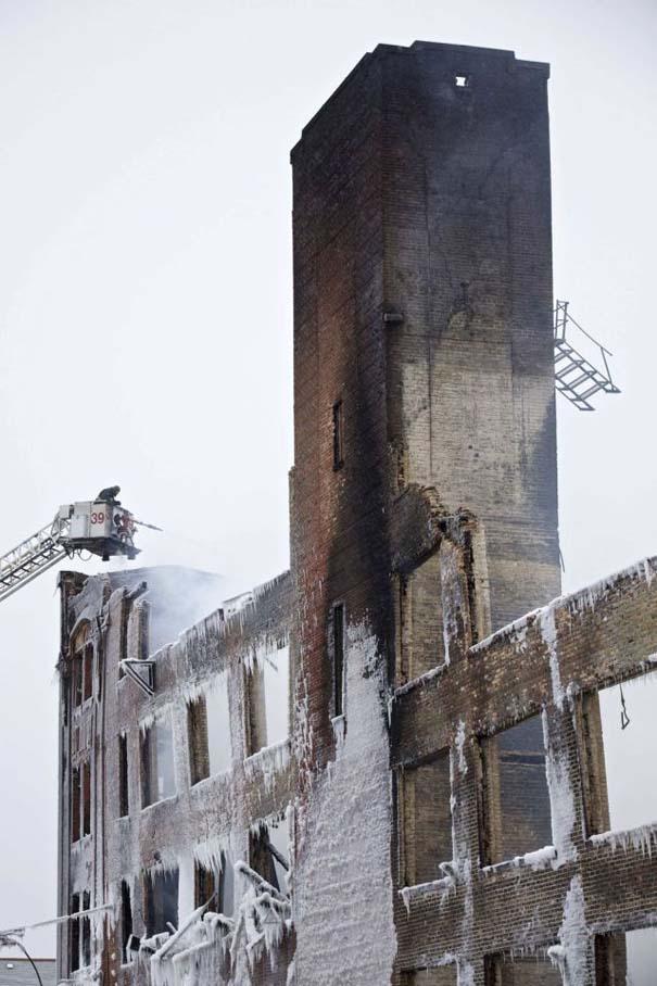 Φλεγόμενο κτήριο μετατράπηκε σε παγωμένο τοπίο (8)