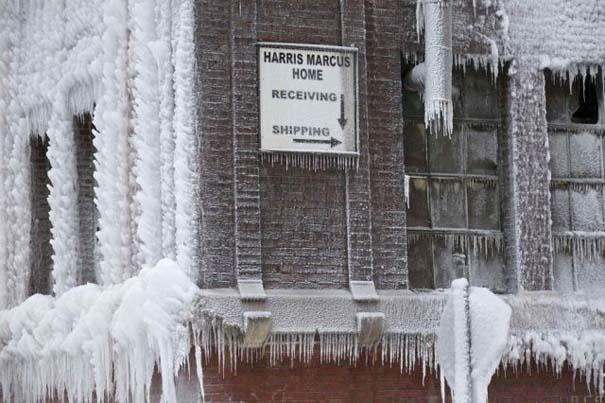 Φλεγόμενο κτήριο μετατράπηκε σε παγωμένο τοπίο (9)