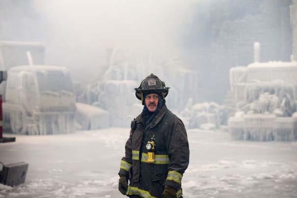 Φλεγόμενο κτήριο μετατράπηκε σε παγωμένο τοπίο (10)