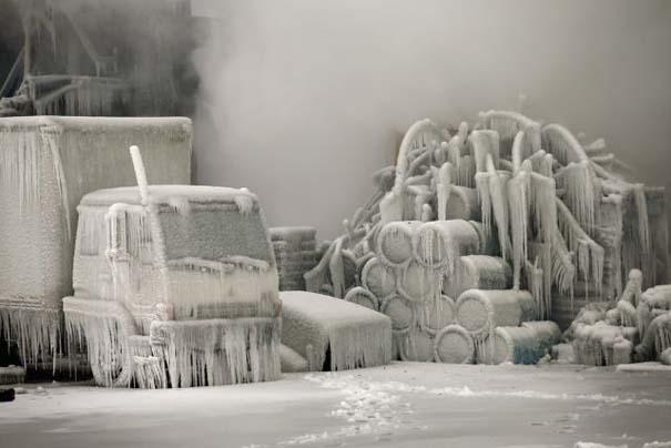 Φλεγόμενο κτήριο μετατράπηκε σε παγωμένο τοπίο (11)