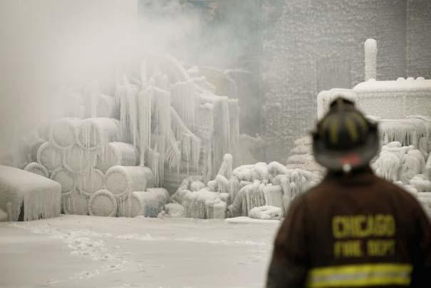 Φλεγόμενο κτήριο μετατράπηκε σε παγωμένο τοπίο (12)