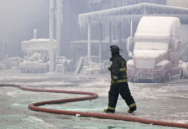 Φλεγόμενο κτήριο μετατράπηκε σε παγωμένο τοπίο (13)