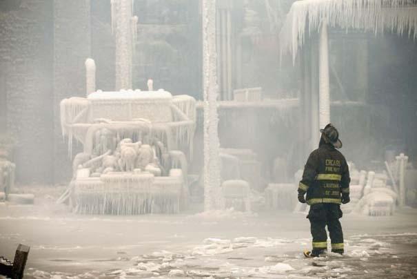 Φλεγόμενο κτήριο μετατράπηκε σε παγωμένο τοπίο (14)