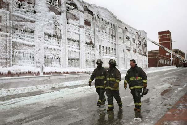 Φλεγόμενο κτήριο μετατράπηκε σε παγωμένο τοπίο (15)