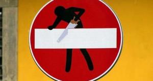 «Πειραγμένες» οδικές πινακίδες με χιούμορ