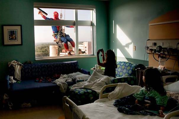 Σούπερ ήρωες καθαρίζουν τα τζάμια νοσοκομείου παίδων (1)