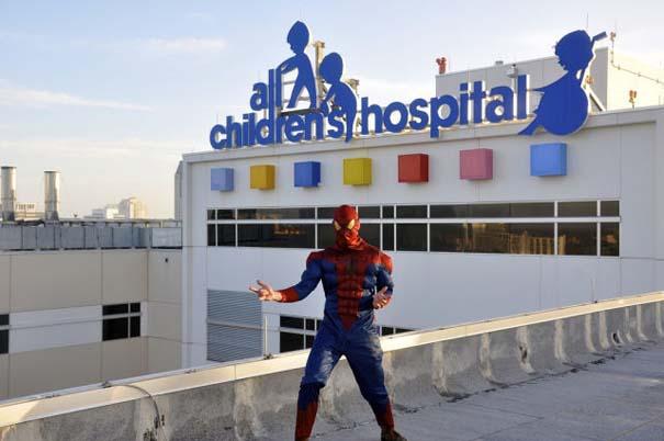 Σούπερ ήρωες καθαρίζουν τα τζάμια νοσοκομείου παίδων (3)