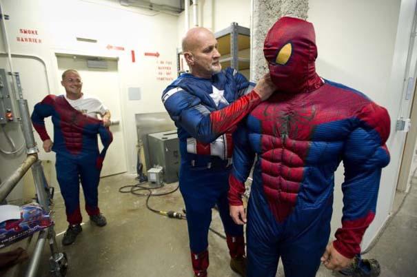 Σούπερ ήρωες καθαρίζουν τα τζάμια νοσοκομείου παίδων (5)