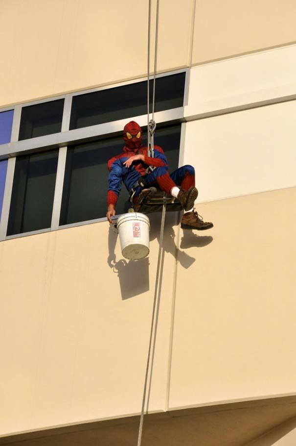Σούπερ ήρωες καθαρίζουν τα τζάμια νοσοκομείου παίδων (6)