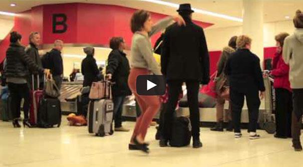 Χορεύοντας στο αεροδρόμιο σαν να μη την βλέπει κανείς