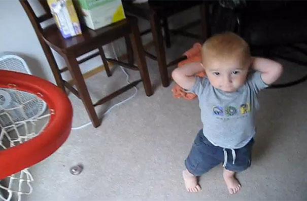 Αγοράκι 2 ετών τρελαίνει κόσμο με τις μπασκετικές του ικανότητες