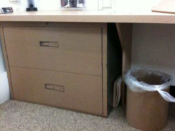 Γύρισε από άδεια και βρήκε το γραφείο του έτσι... (13)