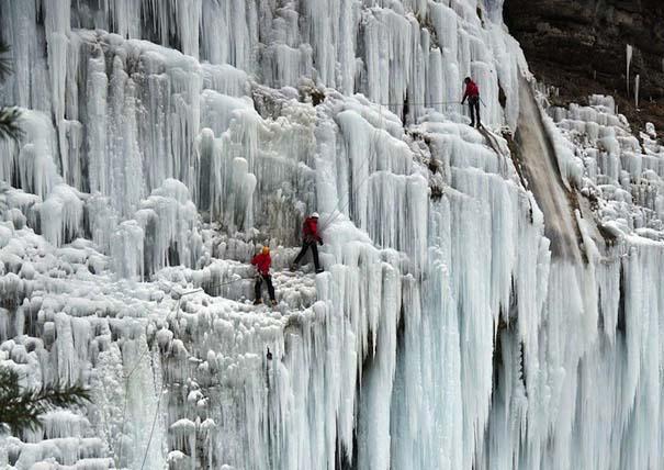 Μαγευτικοί παγωμένοι καταρράκτες απ' όλο τον κόσμο (10)