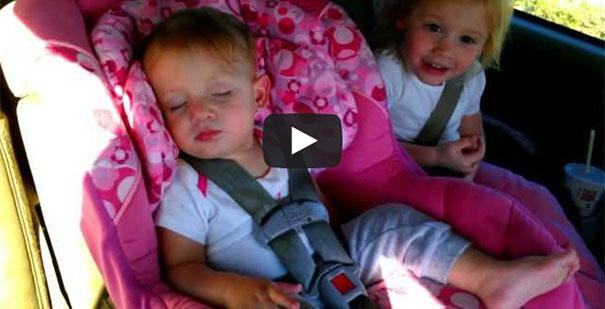 Μωρό κοιμάται σαν αγγελούδι μέχρι που αρχίζει το αγαπημένο της τραγούδι