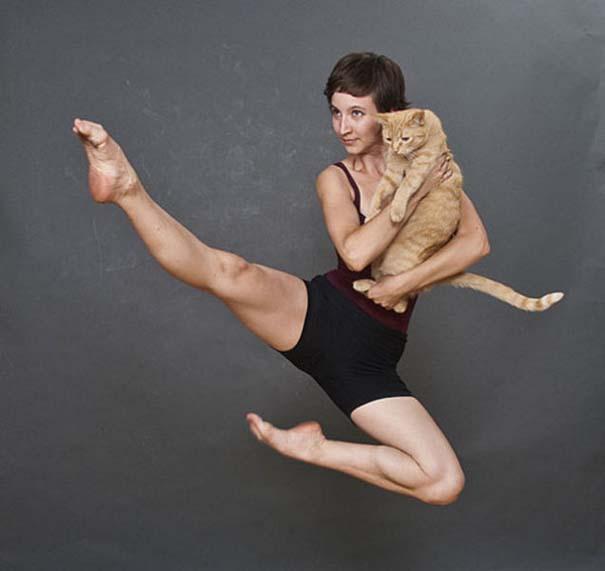 Οι 45 πιο περίεργες φωτογραφίες ανθρώπων που ποζάρουν με ζώα (23)