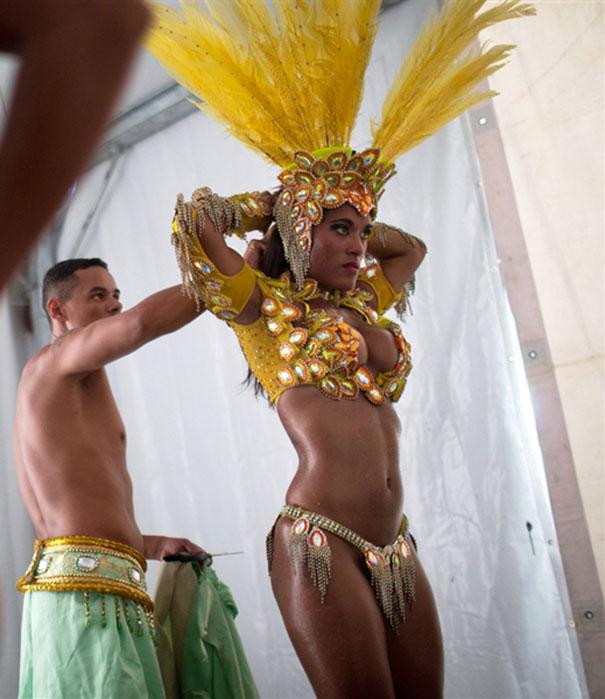 Το πρωί στο γραφείο και το βράδυ χορεύτρια στο Καρναβάλι του Ρίο (1)