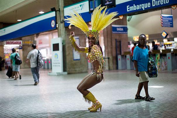 Το πρωί στο γραφείο και το βράδυ χορεύτρια στο Καρναβάλι του Ρίο (4)