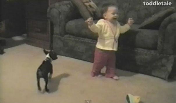 Τα πρώτα βήματα ενός μωρού «σφραγίστηκαν» με αναπάντεχο τρόπο