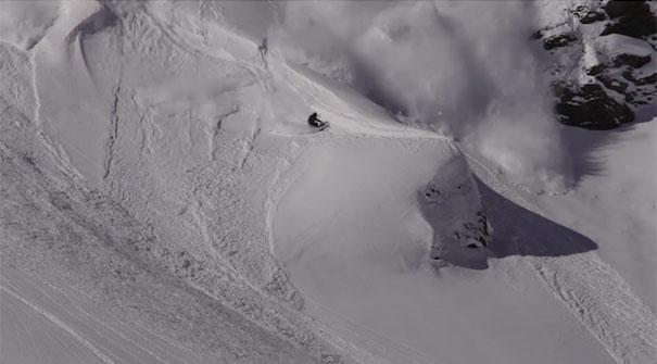 Σκιέρ «δαμάζει» χιονοστιβάδα με απίστευτο τρόπο