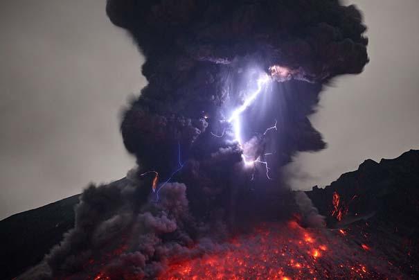 Φωτογραφίες ηφαιστειακής έκρηξης προκαλούν δέος (2)