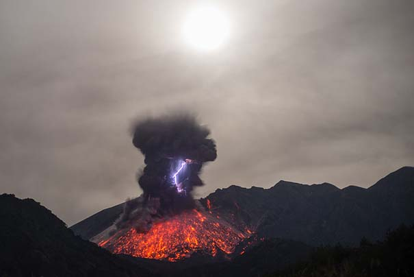 Φωτογραφίες ηφαιστειακής έκρηξης προκαλούν δέος (3)