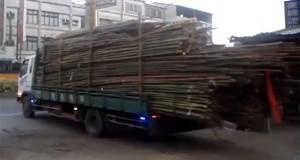Ξεφορτώνοντας μεγάλο φορτίο bamboo από φορτηγό με 2 απλές κινήσεις (Video)