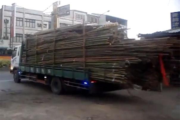 Ξεφορτώνοντας μεγάλο φορτίο bamboo με 2 απλές κινήσεις