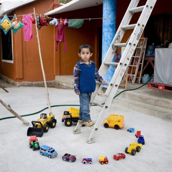 Παιδιά από 26 χώρες φωτογραφίζονται με τα αγαπημένα τους παιχνίδια (5)