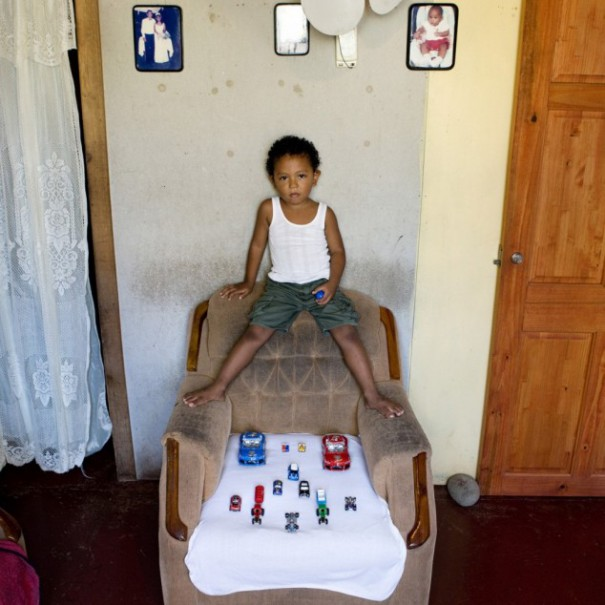 Παιδιά από 26 χώρες φωτογραφίζονται με τα αγαπημένα τους παιχνίδια (7)