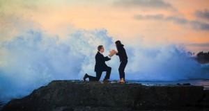 Τεράστιο κύμα διακόπτει ρομαντική πρόταση γάμου (Video)