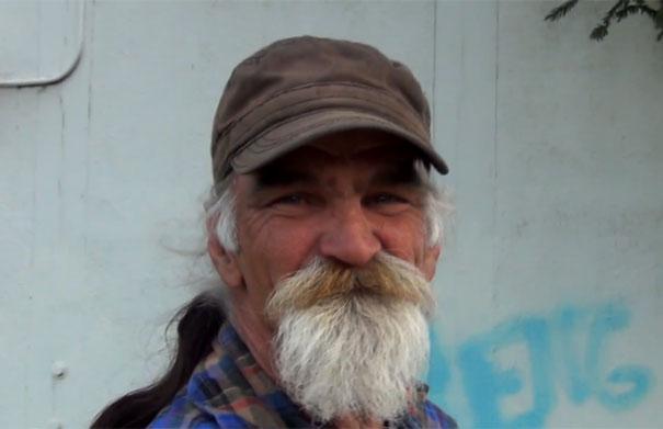 Το αστείο ταλέντο ενός άστεγου