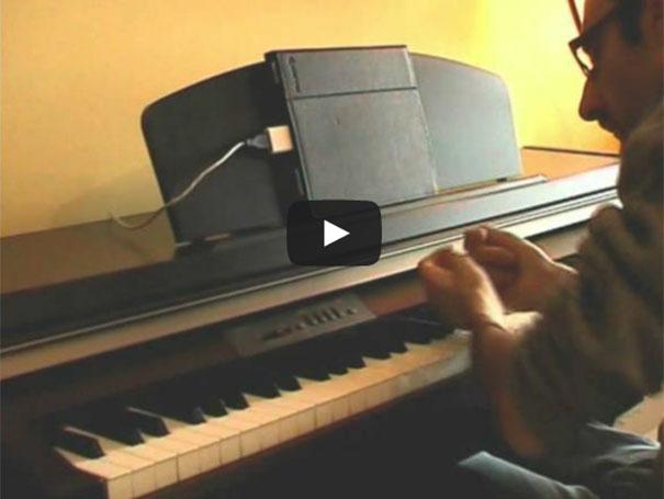 Τετραπληγικός παίζει χωρίς δάχτυλα στο πιάνο το «with or without you» των U2