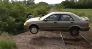 Αυτοκίνητο κάνει άλμα μέσα από τροχόσπιτο (Video)