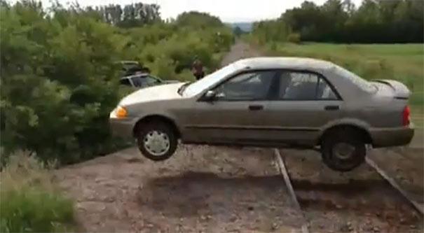 Αυτοκίνητο κάνει άλμα μέσα από τροχόσπιτο