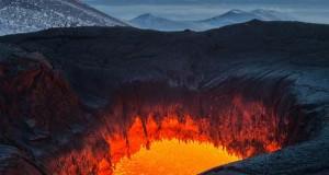 Συγκλονιστικές φωτογραφίες από την καρδιά ενός ηφαιστείου που εκρήγνυται