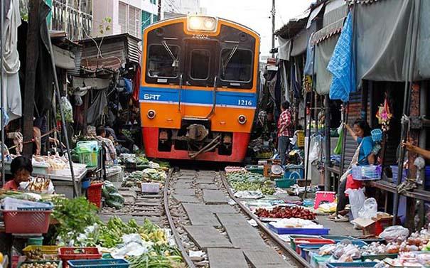 Τρένο περνάει ανάμεσα στους πάγκους αγοράς στην Ταϊλάνδη (1)