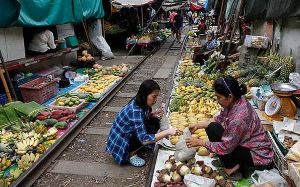 Τρένο περνάει ανάμεσα στους πάγκους αγοράς στην Ταϊλάνδη (2)