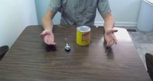 Πως να ανοίξετε μια κονσέρβα με κουτάλι (Video)