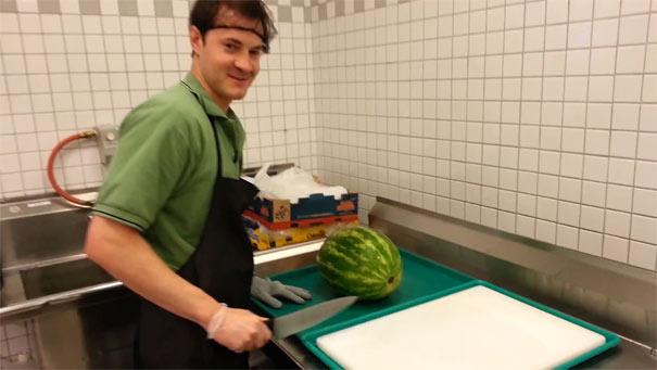 Πως να κόψετε ένα ολόκληρο καρπούζι σε 20 δευτερόλεπτα