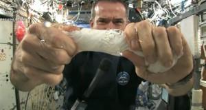 Τι θα συμβεί αν στύψεις μια βρεγμένη πετσέτα στο διάστημα; (Video)
