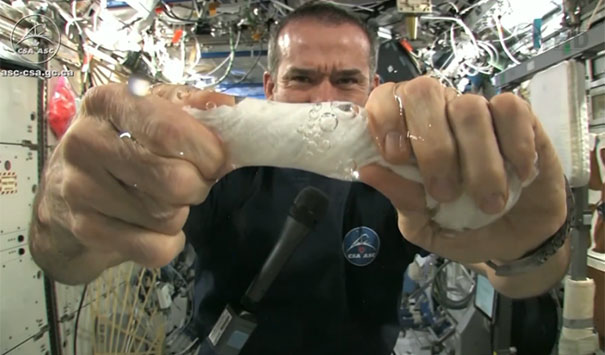 Τι θα συμβεί αν στύψεις μια βρεγμένη πετσέτα στο διάστημα;