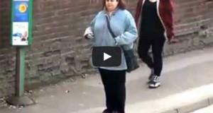 Γυναίκα χορεύει σε στάση λεωφορείου σαν να μην την βλέπει κανείς (Video)
