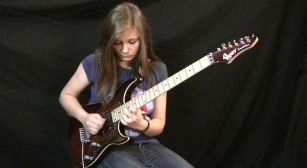 14χρονη μαγεύει στο YouTube με την ηλεκτρική της κιθάρα