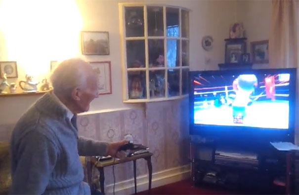 95χρονος παίζει Nintendo Wii
