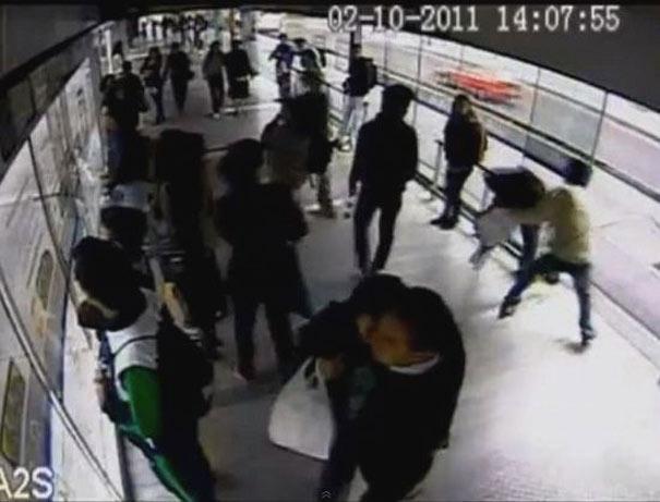 Κάρμα: Κλέφτης αρπάζει το κινητό μιας γυναίκας και αμέσως τον χτυπάει λεωφορείο